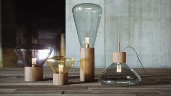 Výprodej Brokis designové stolní lampy Muffins (výška - 26 cm, podstavec - dub přírodní, sklo - transparentní)