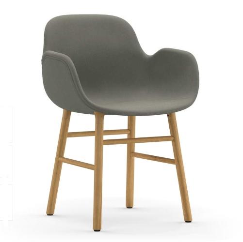 Výprodej Normann Copenhagen designové židle Form Armchair Wood (celočalouněná šedá, podnož dub)